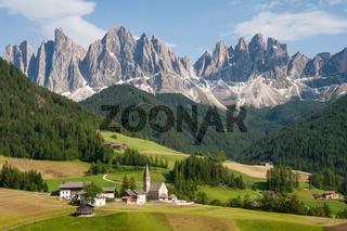St. Magdalena, Villnoess, Trentino, Suedtirol, Naturpark Villnoesstal mit den Bergen der Puez Geislergruppe