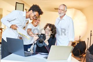 Fotografen Team bei einer Besprechung im Fotostudio