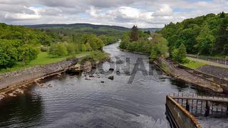 Blick von der Staumauer in Pitlochry ins Schottische Hochland