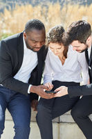 Business Leute lesen oder schreiben eine SMS