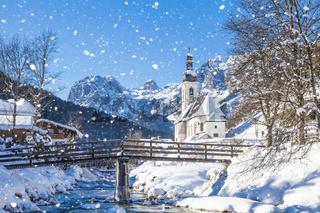 Schneefall in Ramsau, die Kirche St. Sebastian im Winter, Ramsau, Berchtesgadener Land, Bayern, Deut