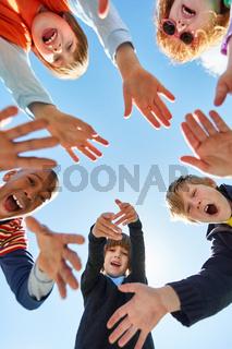 Gruppe fröhlicher Kinder im Kreis als Gemeinschaft