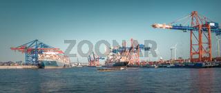 Panorama vom Hamburger Hafen / Waltershof mit Köhlbrandbrücke bei Sonnenuntergang