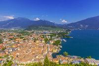 Riva del Garda, Blick von der Burgruine Il Bastione auf Altstadt und Hafen, Trient, Italien