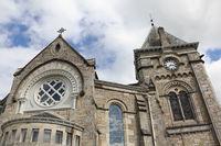 Turm und Giebel der Pfarrkirche in Pitlochry in Schottland