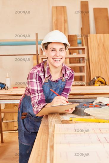 Lächelnde junge Frau als Handwerker Lehrling