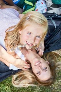 Fröhliches Mädchen zusammen mit der Mutter