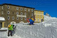 Skifahrer am Hotel Bernina, Berninapass, Engadin, Graubünden, Schweiz