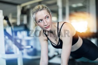 Junge Frau bei Fitness Training Workout