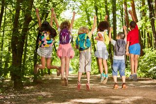 Gruppe Kinder mit Rucksäcken in der Natur