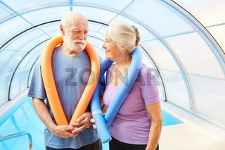 Paar Senioren mit Schwimmnudel bei Gesundheitssport