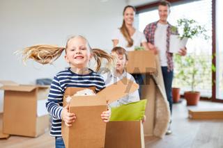 Familie und Kinder tragen Umzugskartons