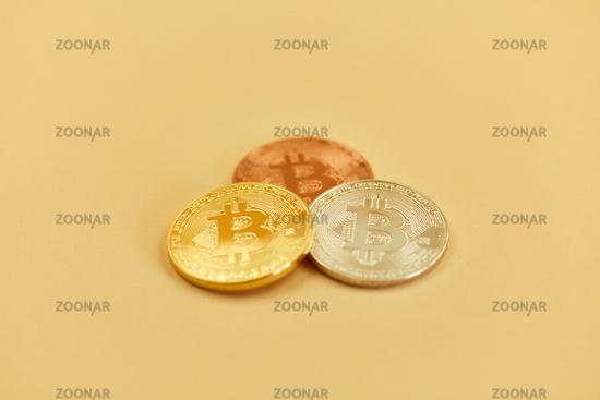 Foto Bitcoin Münzen In Gold Silber Bronze Als Kapitalanlage Bild