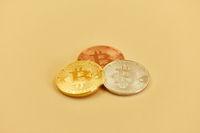 Bitcoin Münzen in Gold Silber Bronze als Kapitalanlage