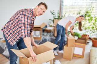 Junges Paar beim Auspacken von Kartons