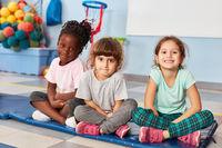Drei Mädchen als Freunde im Kindergarten