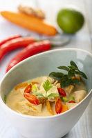 thailändische Tom Kha Gai Suppe auf Holz