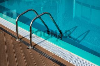 Swimmingpool mit Leiter im Urlaub