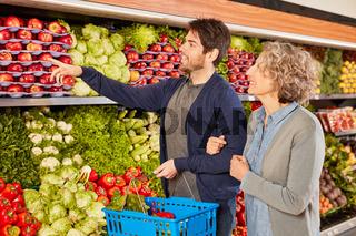 Paar beim Lebensmittel Einkauf im Supermarkt