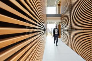 Geschäftsmann im Flur in einem Bürogebäude