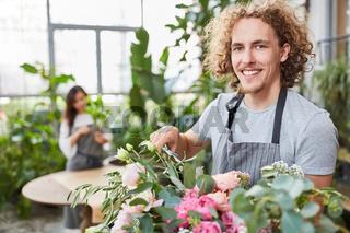 Florist in der Ausbildung beim Blumenstrauß binden