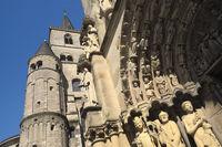 Trier - Türme des Trierer Doms neben dem Portal der Liebfrauenkirche, Deutschland