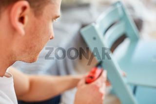 Heimwerker mit einem Bohrschrauber