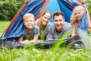 Glückliche Familie mit zwei Kindern im Zelt