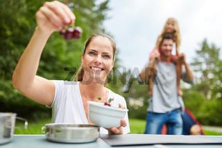 Frau mit frischen Kirschen im Camping Urlaub