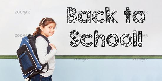 Back to school mit Mädchen in Grundschule