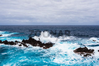 Wellen und Felsen in Porto Moniz auf der Insel Madeira, Portugal
