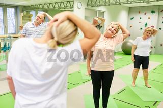 Physiotherapeut als Kursleiter bei Rückentraining