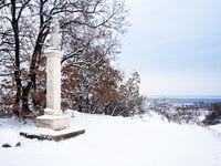 Bildstock im Burgenland im Schnee mit Neusiedlersee