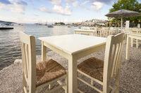 Leere Tische in einem Restaurant am Meer