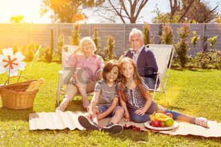 Großeltern und Enkel als Familie beim Picknick