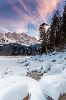Zugefrorener Eibsee unter der Zugspitze im Winter
