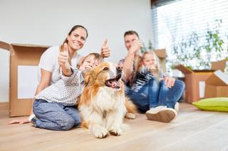 Familie und Kindern mit Daumen nach oben
