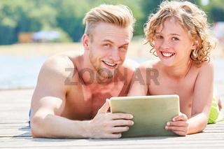 Vater und Sohn mit einem Tablet Computer
