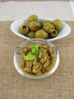 Leckere frische selbstgemachte Olivenpaste mit Basilikum