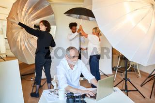 Fotograf am Laptop bei der Bildbearbeitung
