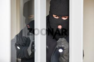 Mann als Einbrecher oder Dieb mit Sturmhaube