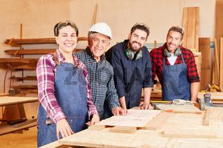Gruppe Handwerker mit Meister und Kollegen