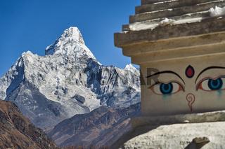 Berg Ama Dablam mit einer Stupa in Nepal