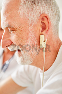 Senior Mann macht Ausdauertraining