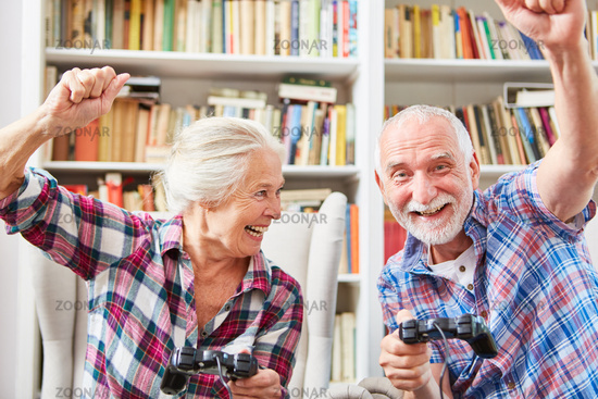 Lachendes Senioren Paar spielt Videospiel
