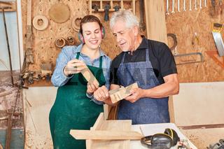 Schreiner Meister und Azubi in der Werkstatt
