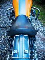 Sitzbank in orange eines Motorrad