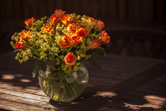 oranger Rosenstrauß in Glasvase