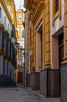 Enge Gasse im Stadtteil Santa Cruz, Sevilla, Andalusien, Spanien, Europa