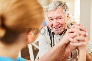 Alter Mann bekommt Hoffnung und freut sich